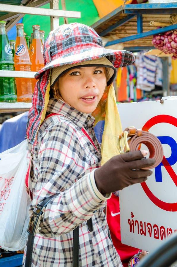 Aranyaprathet, Tailandia: Un cambodian delle donne che vende una cinghia. immagini stock