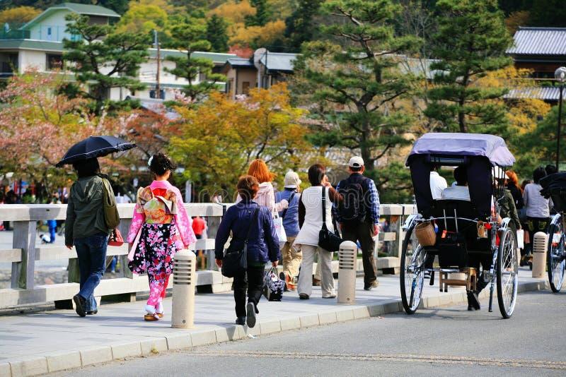 Arashiyama桥梁的,京都日本和服女孩 库存图片