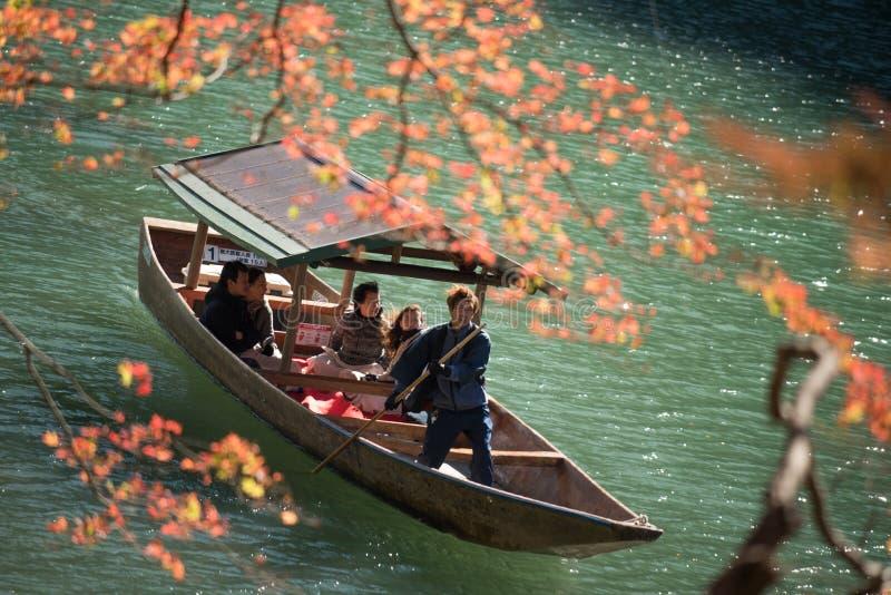 Arashiyama,日本27 2015年11月:巡航在的小组游人 免版税库存图片