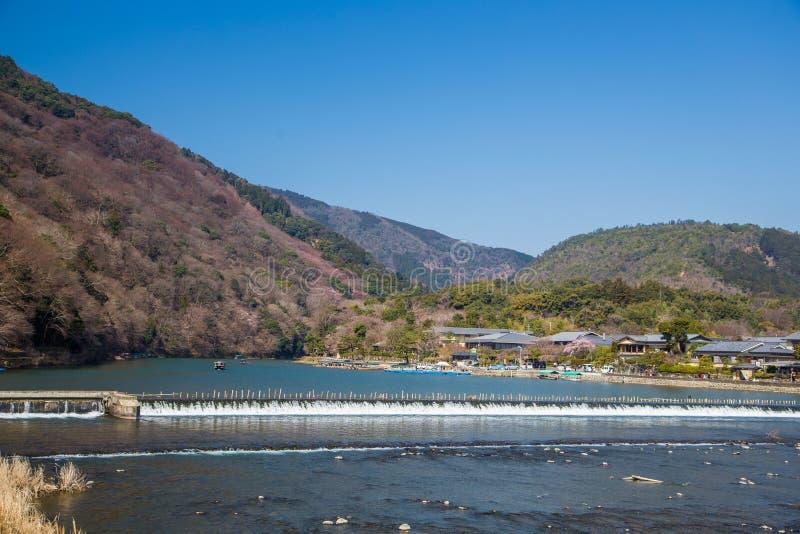 Arashiyama-Berg und Katsura-Fluss in Kyoto, Japan lizenzfreie stockfotografie