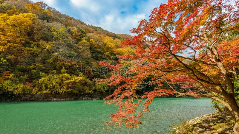 Arashiyama in de herfstseizoen langs de rivier in Kyoto, Japan royalty-vrije stock afbeeldingen