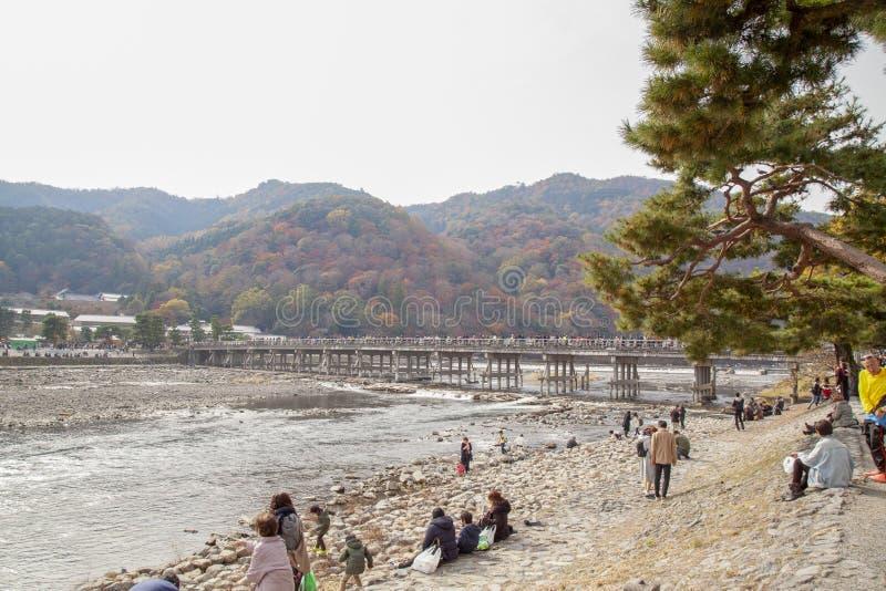 Arashiyama; Japan-November 26; 2017: Folket besöker till den Arashiyama floden i höstferie på Japan arkivbild