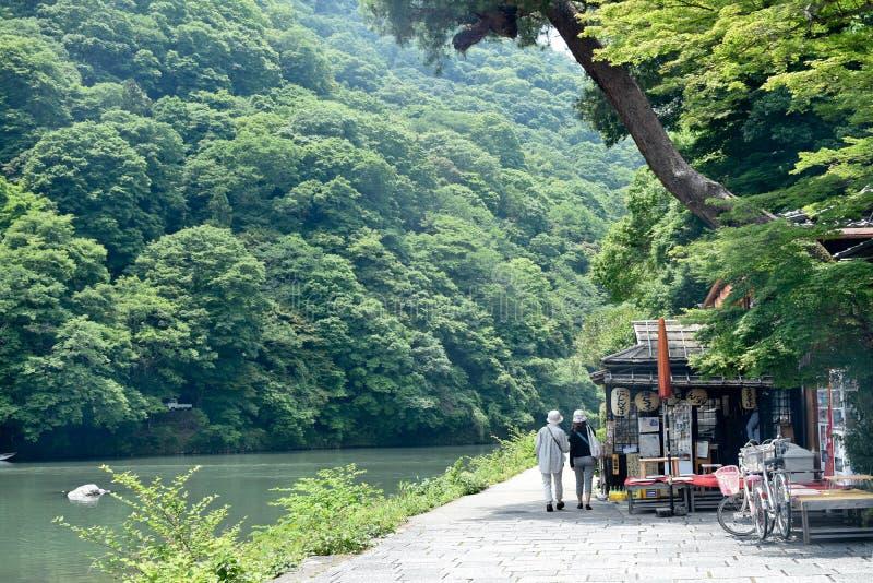 Arashiyama parkerar, Japan - Maj 15, 2017: Gå med vännen i l arkivbilder