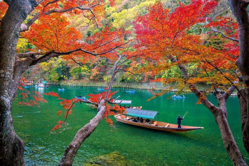 Arashiyama variopinto nella stagione di autunno lungo il fiume a Kyoto immagini stock