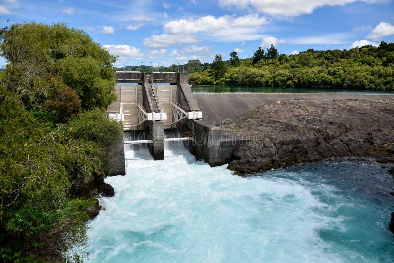 Aratiatia gwałtownych tama na Waikato rzece otwierał z wodnym łamaniem zdjęcia royalty free