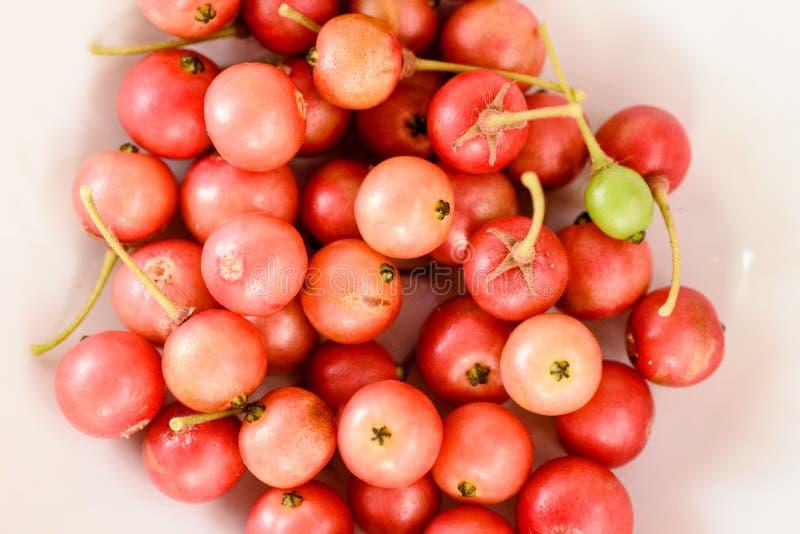 Aratilis-Früchte im weißen Hintergrund stockfoto