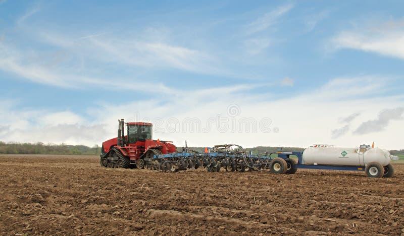 Aratura del campo dell'azienda agricola immagine stock
