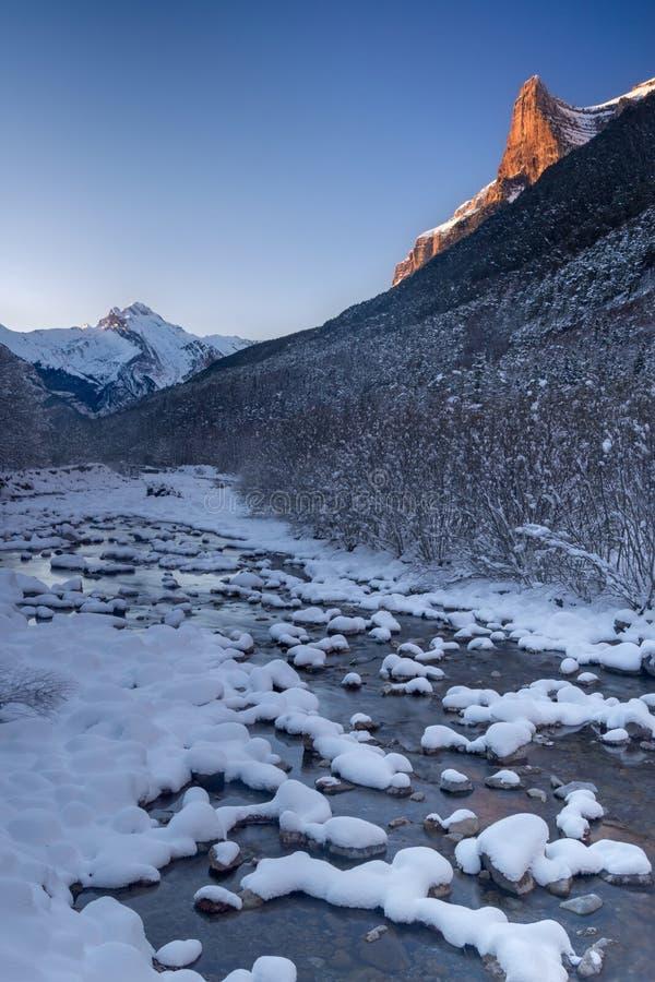 Arazas-Flussschnee bedeckt an Nationalpark Ordesa lizenzfreie stockfotografie