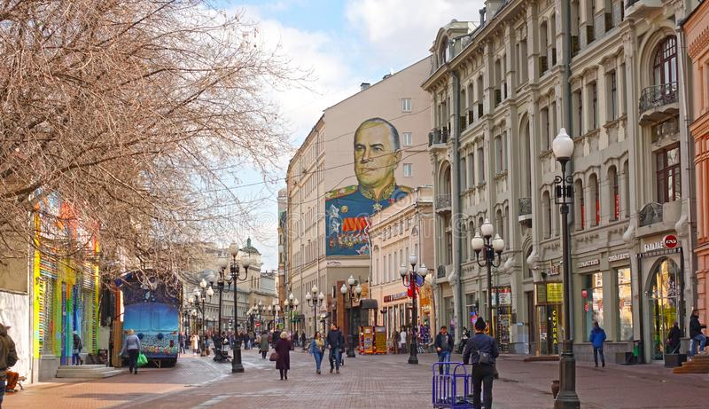 Улица Arbat в Москве Портрет стены маршала Zhukov на старом здании стоковые фото