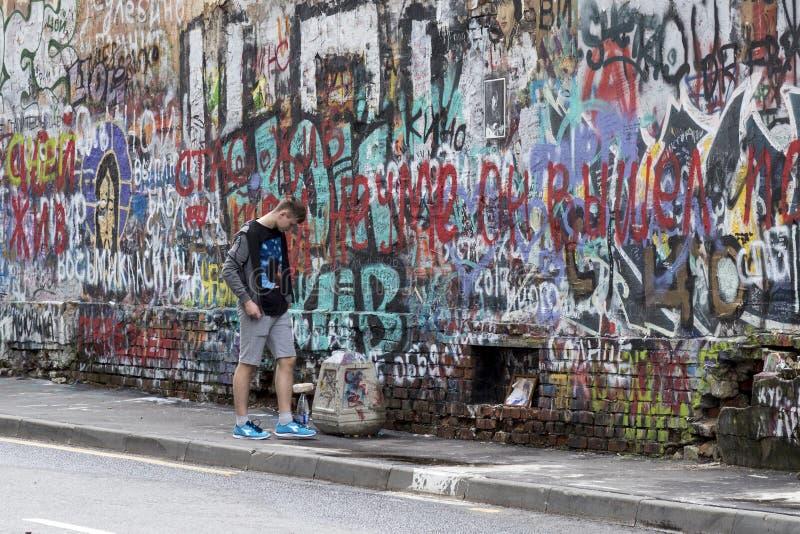 Arbat, Moscou, Rússia - 1º de julho de 2017 parede de Viktor Tsoi imagens de stock