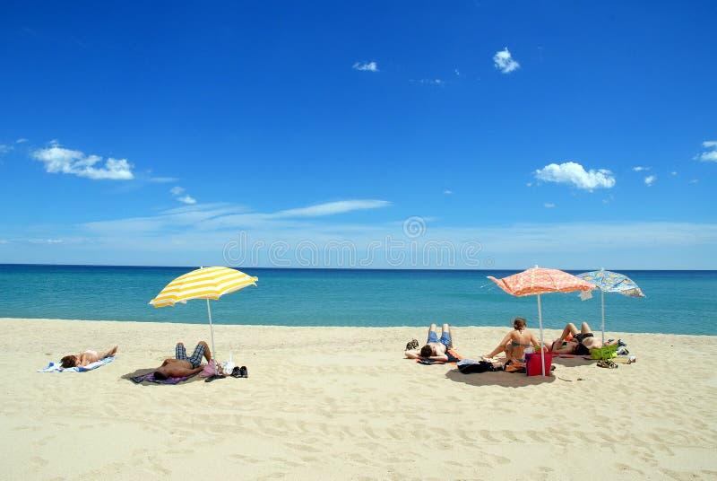 Arbatax, Italia - June14, 2008: Bagnanti sulla spiaggia di Arbatax in Sardegna immagini stock libere da diritti