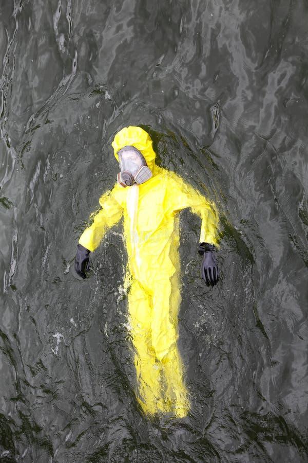 Arbeider in beschermend kostuum in water royalty-vrije stock fotografie