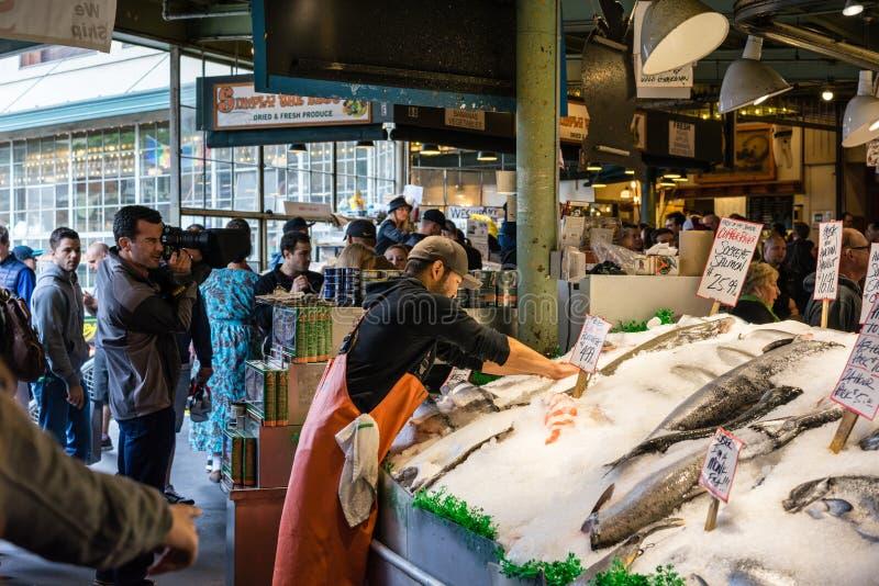 Arbeider bij de Vissenmarkt van de Snoekenplaats royalty-vrije stock foto