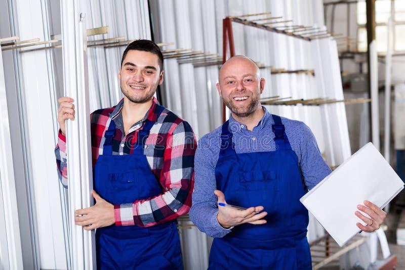 Arbeider bij fabriek met werkgever royalty-vrije stock fotografie