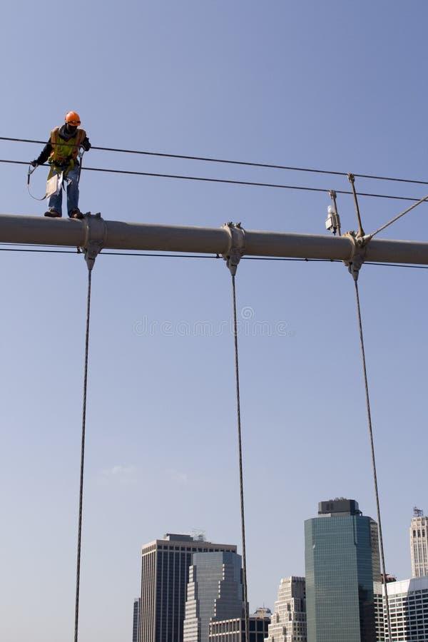 Arbeider bovenop de Brug van Brooklyn in de Stad van New York royalty-vrije stock afbeelding