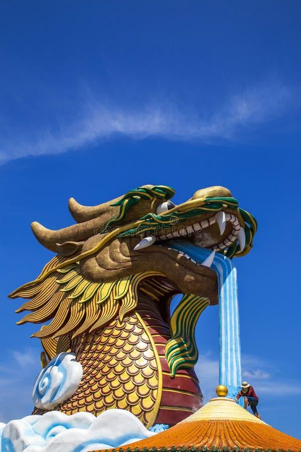 Arbeider die aan dak Chinese tempel werken royalty-vrije stock fotografie