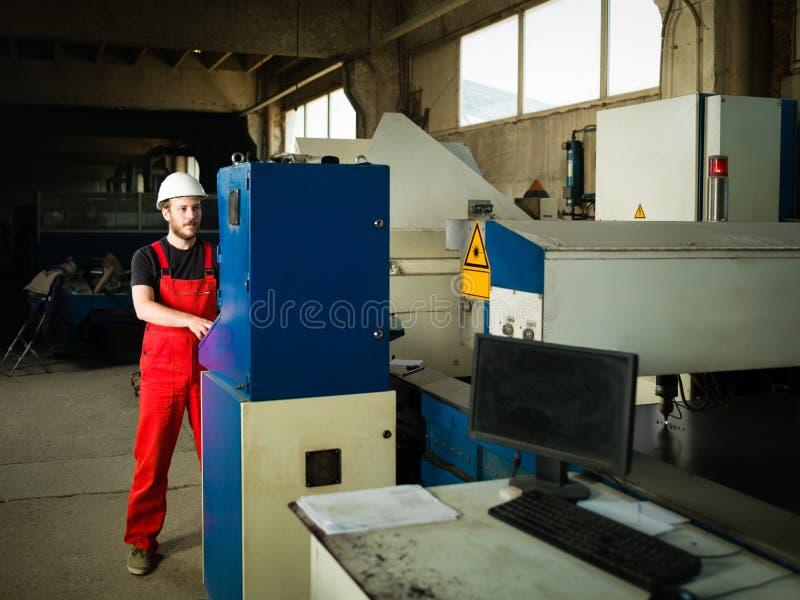 Arbeider die bezig kijken stock afbeelding