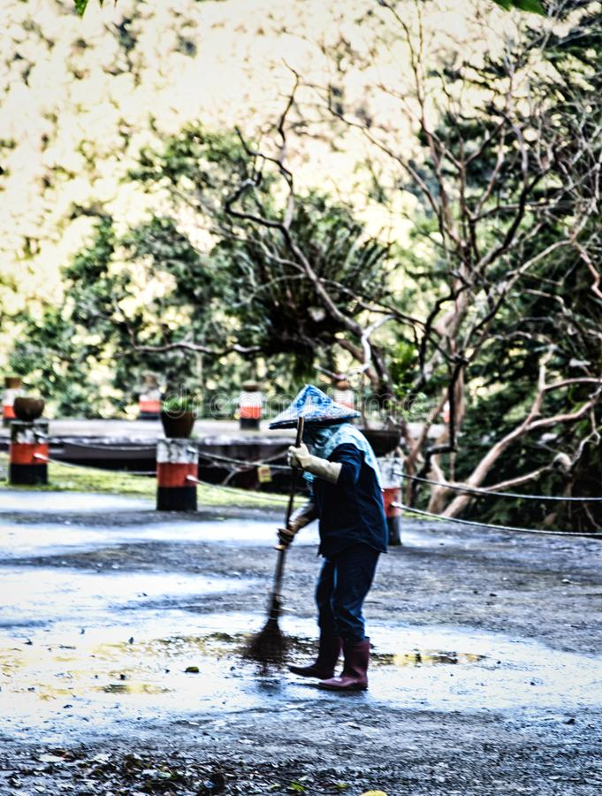 Arbeider die de straten vegen stock foto