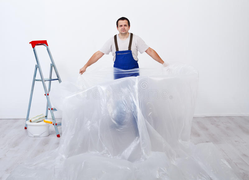 Arbeider die een ruimte voorbereidingen treffen te schilderen stock afbeelding