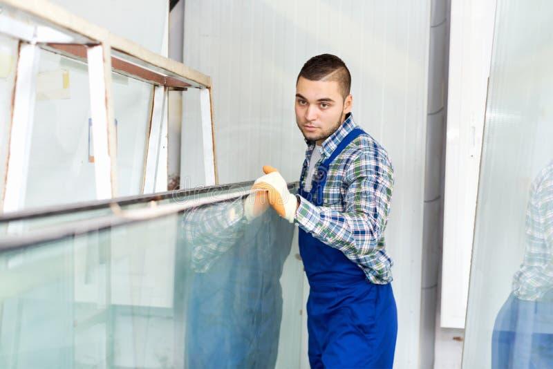 Arbeider die glas meten bij fabriek royalty-vrije stock foto's