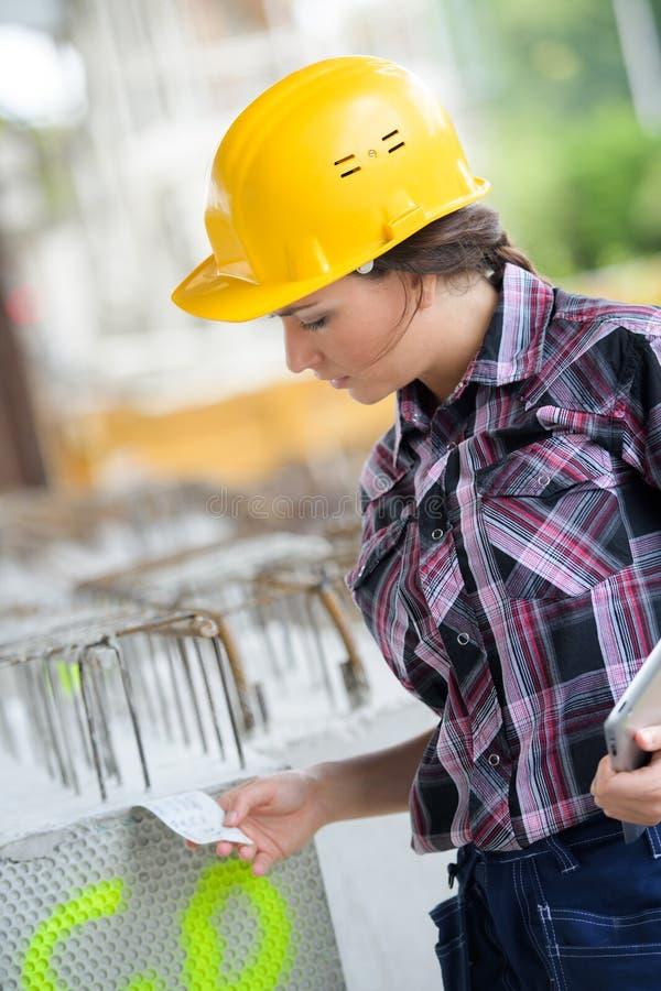 Arbeider die inventarisvoorraden controleren bij fabrieksprovisiekamer stock foto's