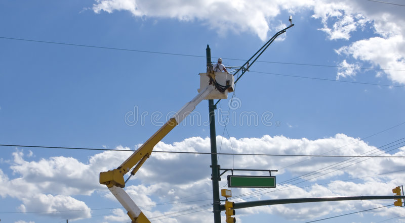 Arbeider die lichte inrichting verandert stock fotografie