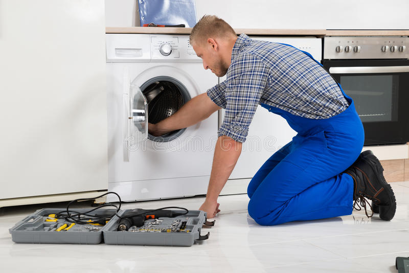 Arbeider die met Toolbox Wasmachine herstellen stock foto's
