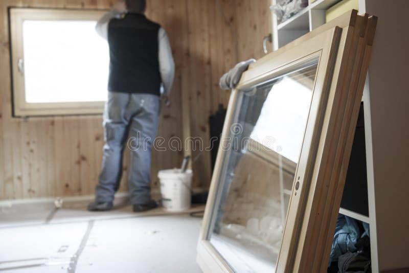 Arbeider die nieuw venster installeren royalty-vrije stock afbeeldingen