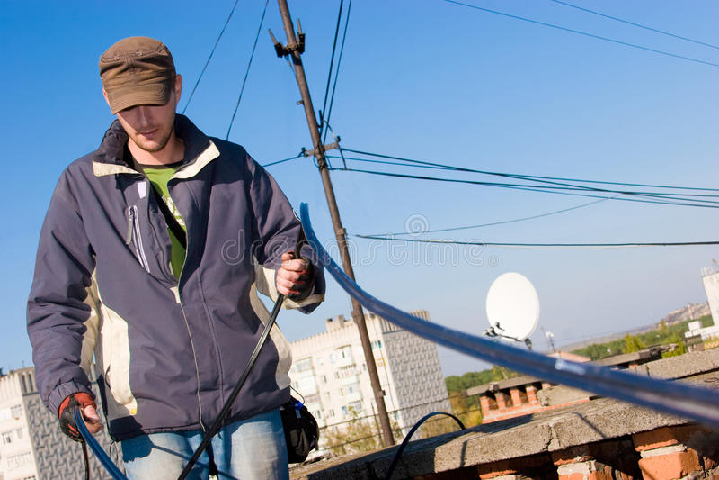 Arbeider die optische netwerkkabel houdt royalty-vrije stock foto's