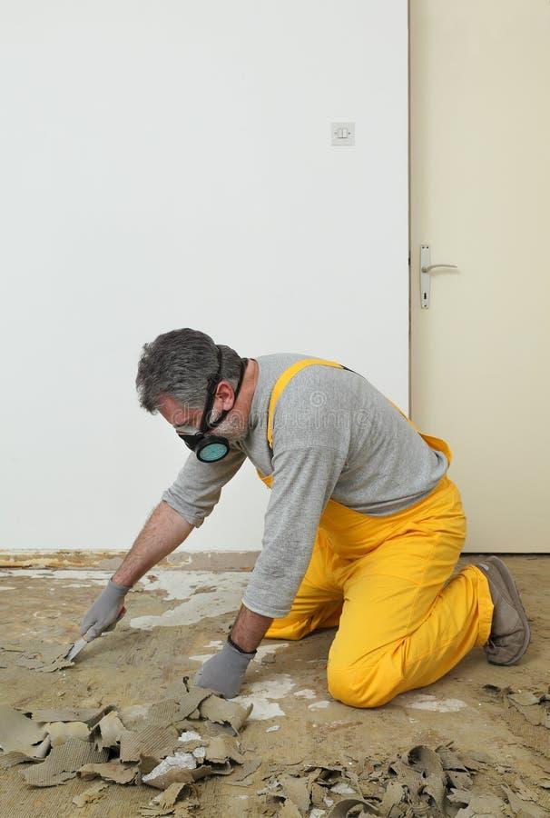 Arbeider die stopverfmes voor het schoonmaken van vloer gebruiken stock afbeelding