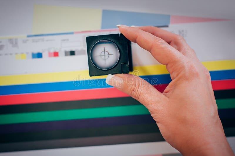 Arbeider in druk en pers centar gebruik een vergrootglas royalty-vrije stock foto