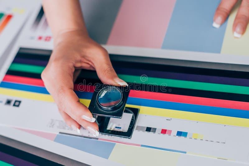Arbeider in druk en pers centar gebruik een vergrootglas royalty-vrije stock afbeelding