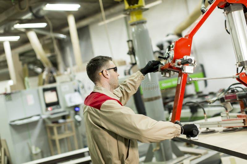 Arbeider in een fabriek voor de productie van meubilair stock foto