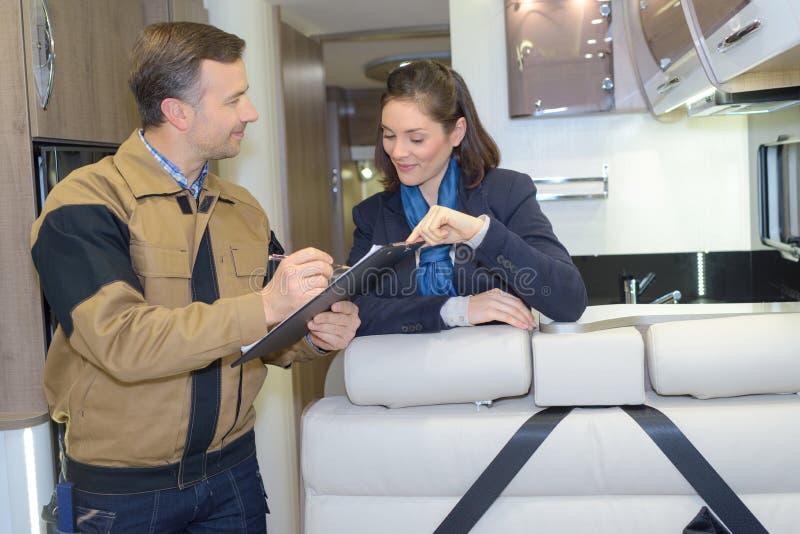 Arbeider en klant in binnenlandse luxe motorhome stock foto