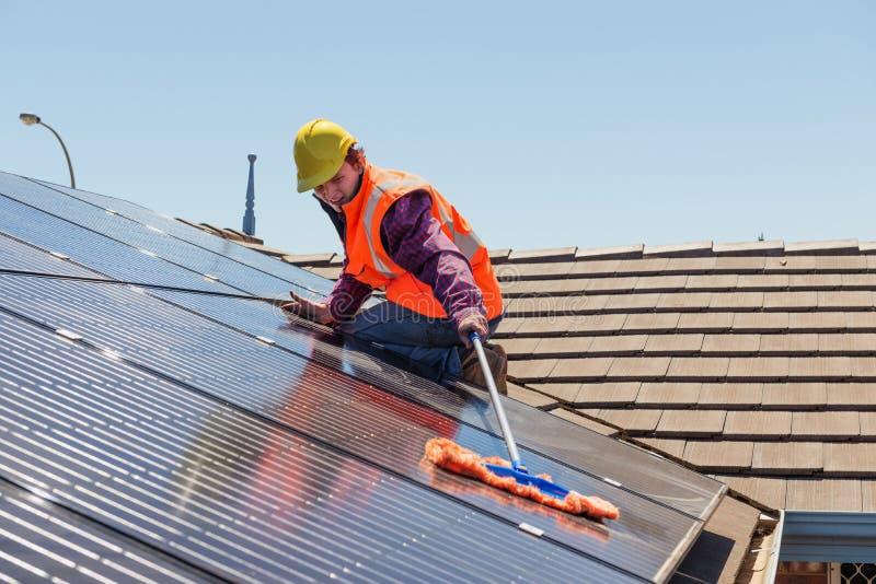 Arbeider en zonnepanelen royalty-vrije stock foto's