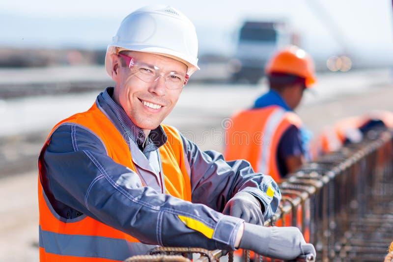 Arbeider het bevestigen staalrebar bij bouwterrein royalty-vrije stock fotografie