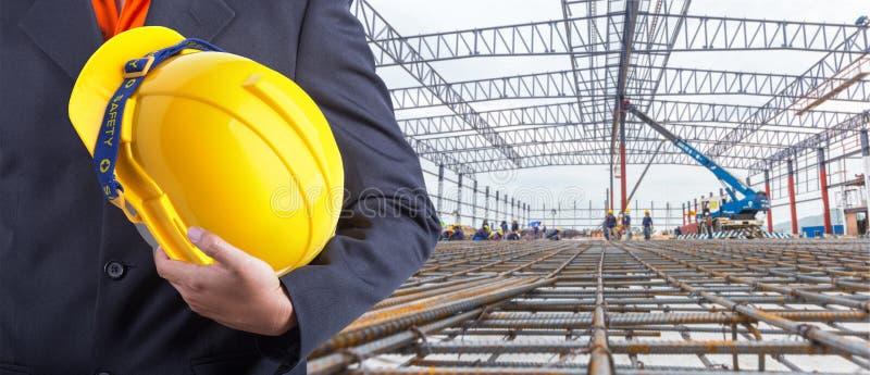 Arbeider of ingenieursholding in handen gele helm royalty-vrije stock fotografie