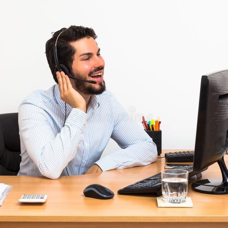 Arbeider laguhs tijdens telefoongesprek royalty-vrije stock foto's