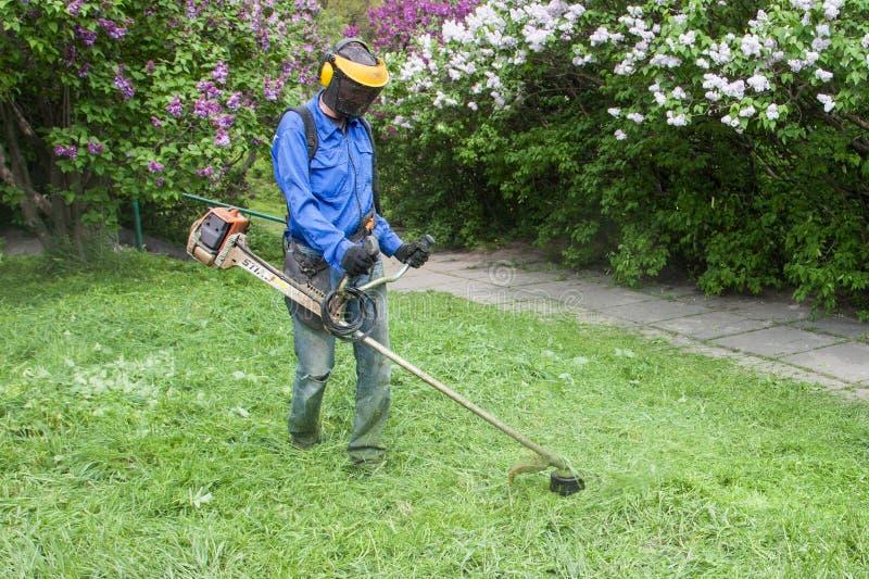 Arbeider in M.M. Gryshko National Botanical-Tuin (Kiev, de Oekraïne). royalty-vrije stock fotografie