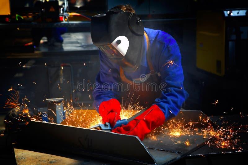 Arbeider met beschermende masker en handschoenen grinding/we royalty-vrije stock fotografie