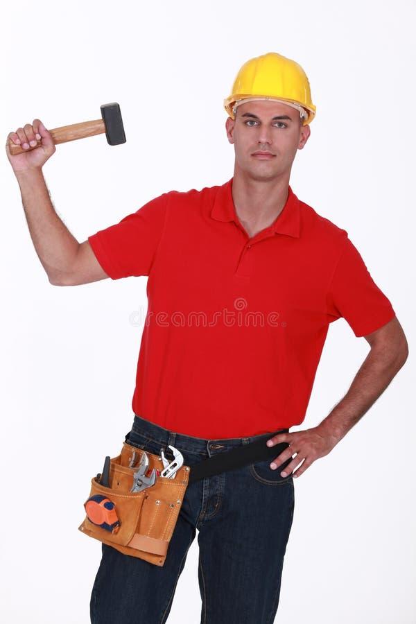 Arbeider met een houten hamer stock afbeeldingen