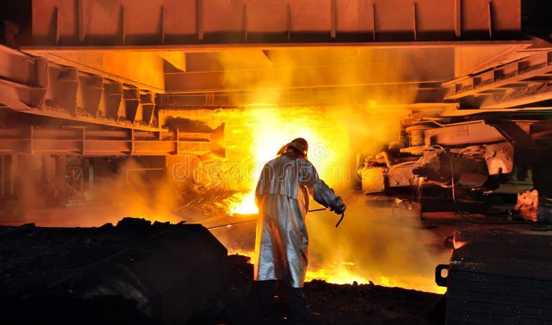 Arbeider met heet staal stock afbeelding