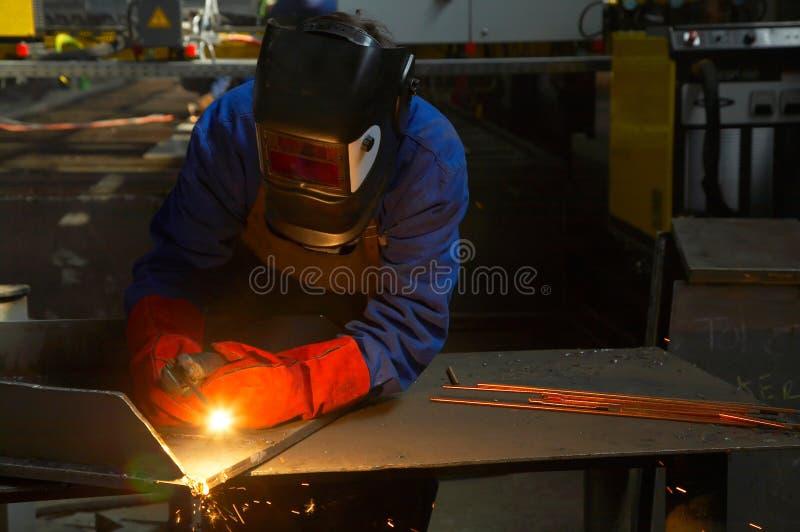 Arbeider met het beschermende masker en handschoenen malen stock foto's