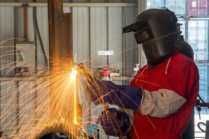 Arbeider met het beschermende metaal van het maskerlassen in fabriek royalty-vrije stock foto
