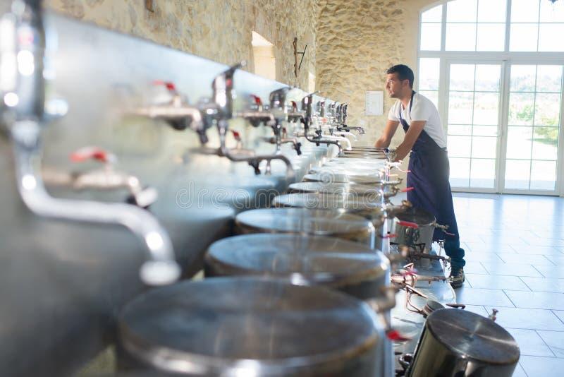 Arbeider met vaten bij brouwerij stock afbeeldingen