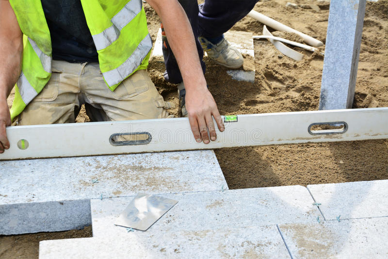 Arbeider niveaus het geïnstalleerde bedekken met een waterpas stock fotografie