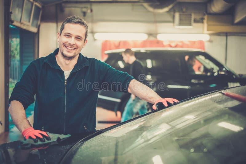 Arbeider op een autowasserette stock foto