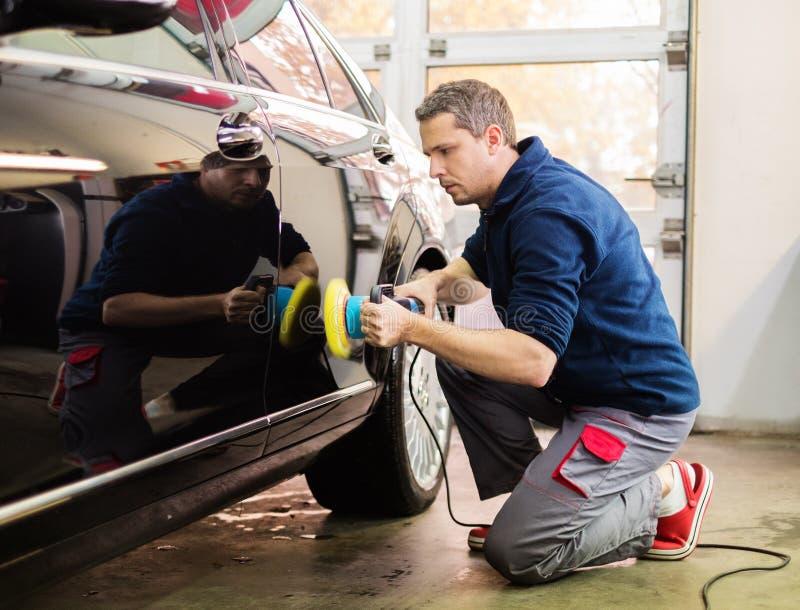 Arbeider op een autowasserette royalty-vrije stock afbeelding