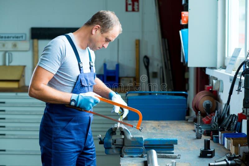 Arbeider op het werkbank in fabriek royalty-vrije stock fotografie