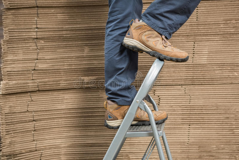 Arbeider op ladder in pakhuis royalty-vrije stock afbeeldingen